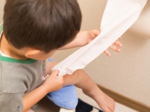 子どもの血便|心配いらないことも。病院行くなら何科?腹痛・下痢は?【医師監修】
