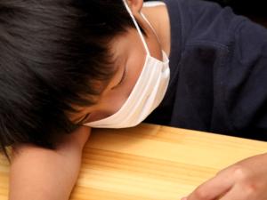 なぜ?子どもの頭痛が続く…大丈夫?病院は何科?発熱も【医師監修】