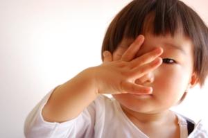 子どもの目の腫れは小児科?眼科?皮膚科?突然腫れた、目の周りが赤い【医師監修】