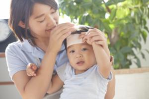 子どもの熱が5日以上下がらない。咳も!受診目安とホームケア|医師監修