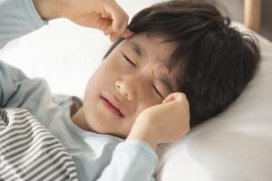 子どもの黄緑の目やには「細菌性の結膜炎」かも。病院は何科?