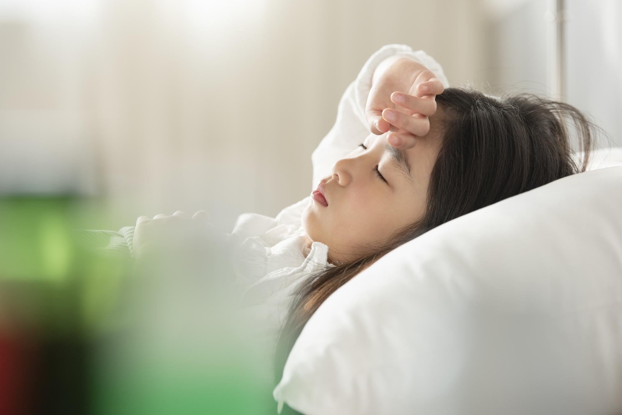 熱あり!子どもの頭痛の対処法「髄膜炎・脳炎」に注意!吐き気や目や首の痛みも