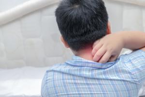 子どもが「首が痛い!動かせない」川崎病や髄膜炎かも。発熱があることも