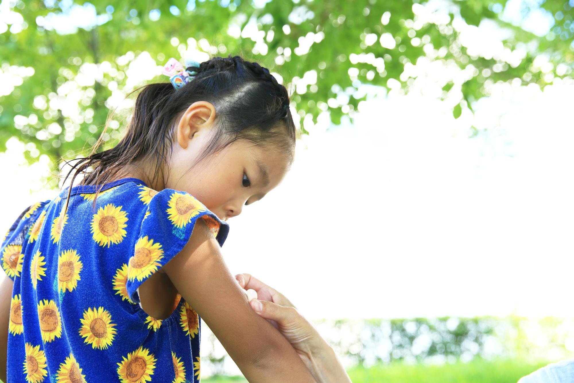 医師に聞く!子どもの虫刺されの対処|腫れる、跡が治らない、発熱