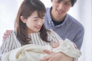 出産退院後「赤ちゃんを家まで運ぶ方法は?」何が必要?帰り道の注意点も