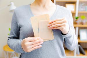 授乳中「市販の湿布」って貼っても大丈夫?腱鞘炎や腰痛や肩こり