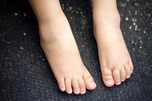子どもの「足の甲の痛み」歩くと痛い、腫れがあるケースも