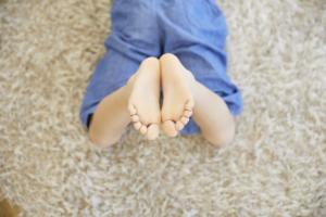 なぜ?「子どもの足が痛くて歩けない」原因。病院は何科?【医師監修】