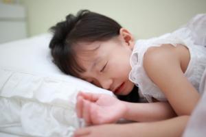 子どもの「朝起きられない」スッキリ起きるには?病気の可能性も