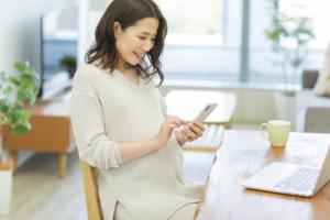 """妊婦さんのスマホ在宅ワーク、何がおすすめ?無理なく""""稼ぐ""""方法は?"""