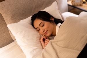 つわりで眠れない…横になると気持ち悪いときの対処法。夜だけつわりの原因