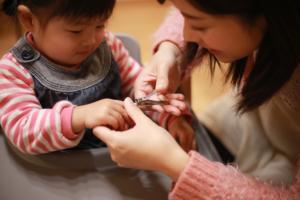 2歳児の爪切りのコツ。嫌がる・暴れるときは?頻度はどれくらい?
