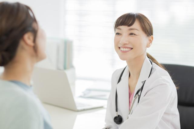 病院で医者に診てもらう 女性