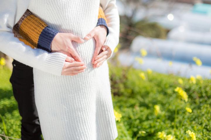 """妊娠中期「出血なしの下腹部痛」大丈夫?""""鈍痛""""や""""ツーンとした痛み""""など"""