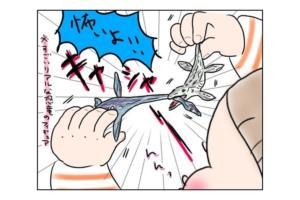 """漫画 2歳の男の子が""""ひとりで人形遊び""""「それは…怖い!」"""