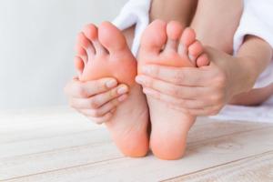 子どもが「足の裏が痛い」病院は何科?ストレスが原因のケースも