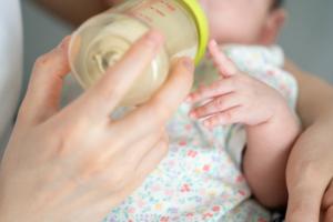 「新生児が一回だけ噴水のように吐く」病気じゃないのか、お医者さんに聞いてみた