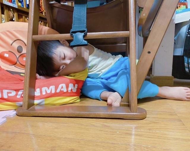 椅子の下で寝るkurumiraimu229さんの子ども