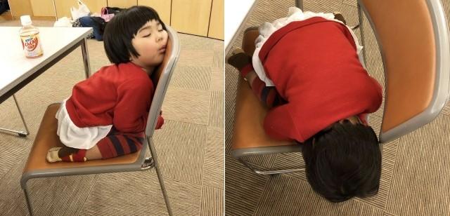 椅子の上で眠る子ども