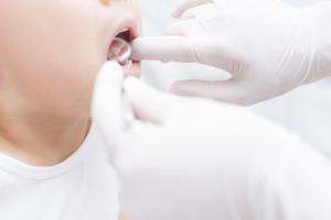 「乳歯が抜けないのに永久歯が生える」このままだと二枚歯になるの?