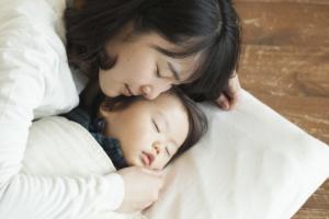 なぜ?1歳児が寝かしつけで動き回る!寝る前に暴れる!理由&対策