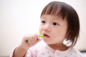 1歳の「白い虫歯」の見分け方。予防法&初期虫歯の進行止め【歯科医監修】