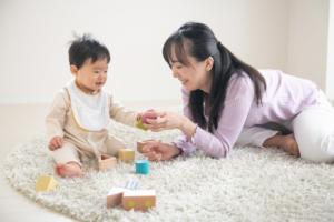 「赤ちゃんとの遊び方がわからない」おすすめの遊びネタ集♪退屈そうなときにやってみよう!