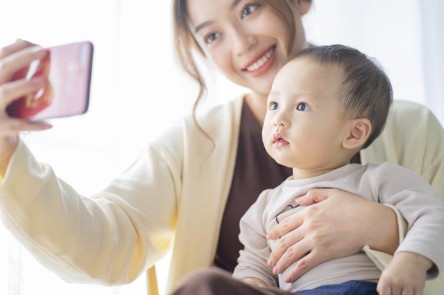 赤ちゃんと写真を撮る