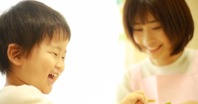 笑う男の子とママ