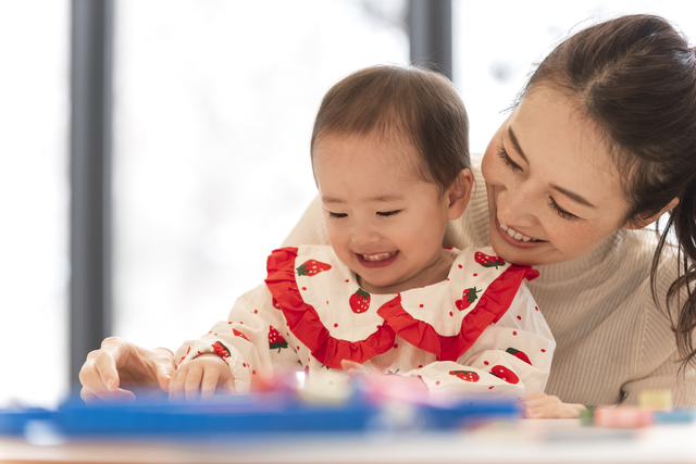 笑う女の子とママ