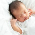 昼と夜で違う?「新生児の寝る場所」何に寝かせる?寝る環境の整え方も