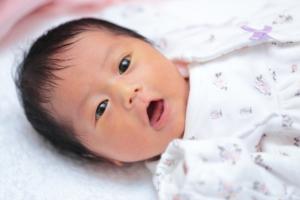 なぜ?生後1ヶ月の赤ちゃんが一日中寝ない!原因&対策。寝かしつけのコツ
