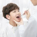 乳歯の外側に永久歯が生えた|自然に治る?歯医者に行く目安は?