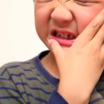 乳歯の神経が死ぬと…歯がグレーやピンクに変色!永久歯はどうなる?治療法は?