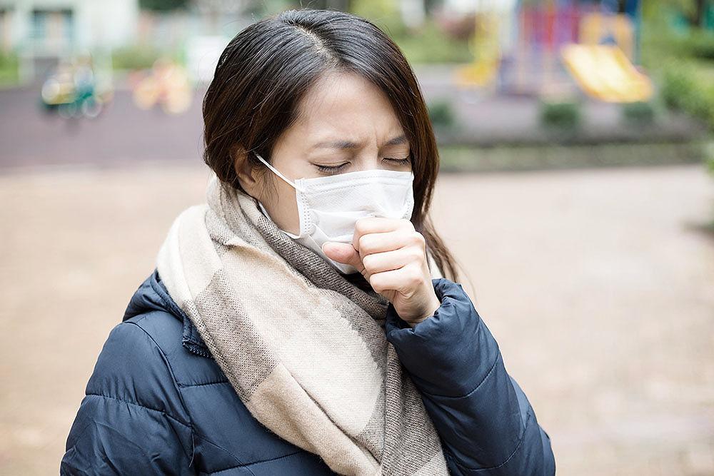 現代の日本において、赤痢という疾患は、過去のものだと思われていました。 しかし、ここ数年の間に、国内で赤痢の集団感染が発生したという報告がありました。 日本は、戦後間もない頃のような、不衛生な環境から脱し、こんにちでは、世界でもトップクラスの、衛生的な環境を誇っています。 そんな日本でも、再び赤痢の集団発生が起こるのです。 ■主な症状は、下痢・腹痛・発熱など 赤痢(細菌性赤痢)とは、腸内細菌科(※)に属する赤痢菌に、感染して起こる、腸管感染症です。 ※腸内細菌科:真正細菌の分類上の1グループ 感染すると、大腸粘膜に炎症を起こすケースが多く、潰瘍を形成し、次のような症状が生じる場合もあります。 ・下痢 ・腹痛 ・発熱など 赤痢菌(Shigella属細菌)は、特徴別に4種類(※)に分類されています。 ※ディゼンテリー菌・フレキシネル菌・ボイド菌・ソネイ菌 日本の赤痢患者の、70~80%は、ソネイ菌が占めています。 赤痢は、これらの赤痢菌に汚染された、水・食品を、口から摂取すると、感染します。 また、赤痢患者や赤痢菌を保菌している人のふん便で、間接的に赤痢菌が入ってくることで感染するケースもあります。 ・汚染された手・指 ・食器 ・ハエなど ■海外から持ち込まれるの? 日本では、戦後しばらくの間、衛生水準の低さから、赤痢患者数は10万人を超えていました。 しかし、1965年頃から衛生面が改善され、患者数は激減したとされています。こんにちの衛生水準が高い日本で、赤痢の感染が起きた原因は、海外から持ち込まれたケースが多いと考えられています。 インド・タイ・インドネシアなどの、アジア地域が感染地として、多い傾向にあります。 ■潜伏期間は1~3日 口から侵入した赤痢菌は、小腸内で増殖し、その後は主に、大腸壁の細胞に入ってきます。 すると、上皮細胞(※)の壊死(えし)・脱落が起こり、次のような症状を生じます。 ・腹痛 ・血性下痢(赤痢菌が原因で起こる感染性腸炎) ※上皮細胞:皮膚や粘膜などの上皮組織を形成する細胞 通常では、赤痢菌が侵入してから、1~3日ほどの潜伏期間の後で発症するケースがほとんどです。 発症すると、次のような症状が出ます。 ・寒気を伴う38~39度の発熱 ・全身倦怠(けんたい)感 ・腹痛 ・水溶性の下痢 ・粘液が混ざっている血便など 発熱は、1~2日間くらい、続く場合が多いです。 近年では、重症化は少なく、軽度の症状で、発熱・数回の下痢を起こすケースが多くなっています。 しかし、高齢者や子供、免疫不全のある人は、重症化する恐れがあるため、要注意です。 ■抗菌薬の服用治療後に、2~3回の検便 赤痢の治療方法は、成人と小児に分け、抗菌薬を使った薬物療法を行います。 成人:ニューキノロン薬…細菌の増殖を阻害して、抗菌作用を現す 小児:ホスホマイシン…細菌の合成を阻害して、抗菌作用を現す 一般的には、常用量を5日間、服用します。 赤痢菌排除の有無判定には、治療終了後、48時間以上経過してから、2~3回の検便が行われます。 2回の陰性判定を経て、除菌終了と判断されます。 また、薬物療法に加え、対症療法(※)が行われます。 強い下剤は使用せず、乳酸菌・ビフィズス菌などの整腸剤を、併用する場合もあります。 脱水症状が強い場合には、点滴が行われることもあります。 ※対症療法:出ている症状を緩和する治療 ■感染を防ぐためには ①赤痢菌が口から侵入しない環境を作る 手洗いを、徹底します。 赤痢菌の流行地域では、次の飲食を禁止します。 ・生水 ・生もの ・氷など ②衛生水準の向上 上下水道の整備により、感染経路を遮断します。 ③各家庭での調理に気を付ける 食品は、十分な加熱調理をして、食べるようにします。 まとめ 赤痢菌の診断は、検便により、病原体分離・同定(※)すると判断されます。 ※病原体分離・同定:細菌を培養(分離)し、特定すること(同定) 感染症法の三類感染症に定められており、診断後は、すぐに最寄りの保健所に届け出るのが義務(※)になっている感染症です。 赤痢菌の、家庭内での二次感染は、40%にものぼります。 家族に赤痢菌感染が認められた場合には、感染者以外の人も、検便の検査を受けて、赤痢菌保菌の有無を確認するようにしましょう。 ※厚生労働省HP細菌性赤痢「感染症法に基づく医師及び獣医師の届出について」https://www.mhlw.go.jp/bunya/kenkou/kekkaku-kansenshou11/01-03-02.html 【参考文献】 日本性感染症会誌vol.19,No.1 suppol.2008「赤痢アメーバ症」より http://jssti.umin.jp/pdf/guideline2008/02-17.pdf 国