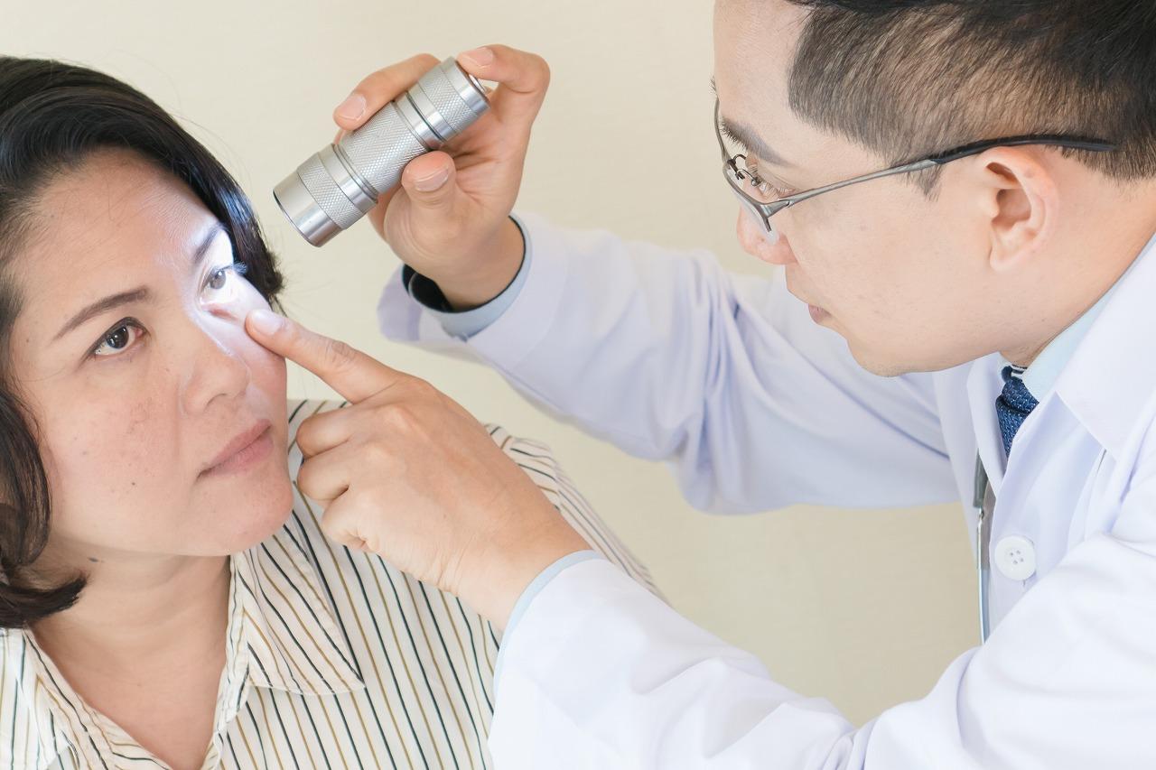眼が常にまぶしく、まばたきが増えた…もしかして眼瞼痙攣?