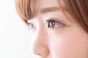 視界の隅に見える黒い点!飛蚊症の原因は…?
