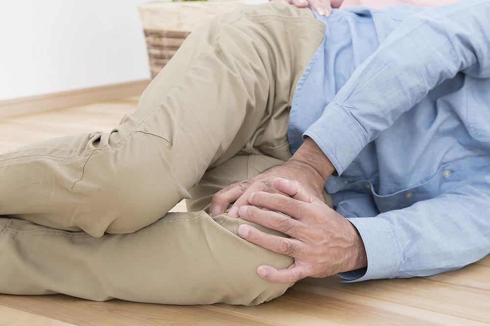 何もないのに転ぶ…。ヘルニア?変形性股関節症?つまずきで知る疾病