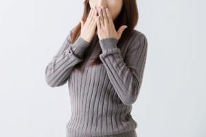 気になる口臭、5つの原因はこれ!【現役歯科医が解説】