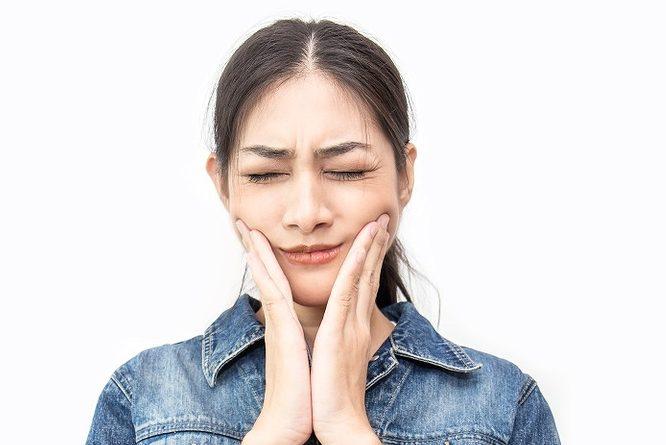 頬に我慢できないような痛み!虫歯の放置が原因?【三叉神経痛】