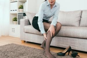 下肢静脈瘤のケア、どうすれば良い?対策は「足を高くして休む」
