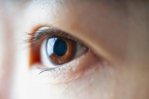 角膜ジストロフィの症状・原因・治療法|遺伝子異常で起こる【眼科医監修】