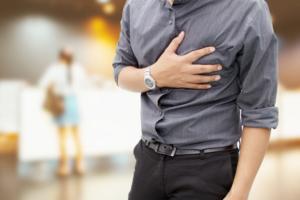 胸が痛い【肋間神経痛の症状チェック】何科に行く?ストレス・帯状疱疹が原因になることも