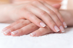 爪が割れる・でこぼこする原因 栄養不足や病気の可能性。ケア方法は?