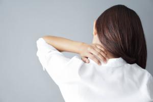 ストレスのせい?「背中の痛み」息苦しい、右側・左側だけ痛い…何科を受診?