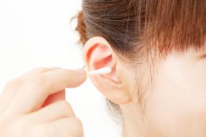 【耳の中でゴロゴロ・カサカサ音がする】耳垢が取れないときの対処法
