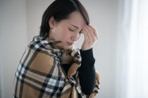その頭痛、寒さが原因かも?気温と頭痛の関係と対策。吐き気も伴う場合は要注意!