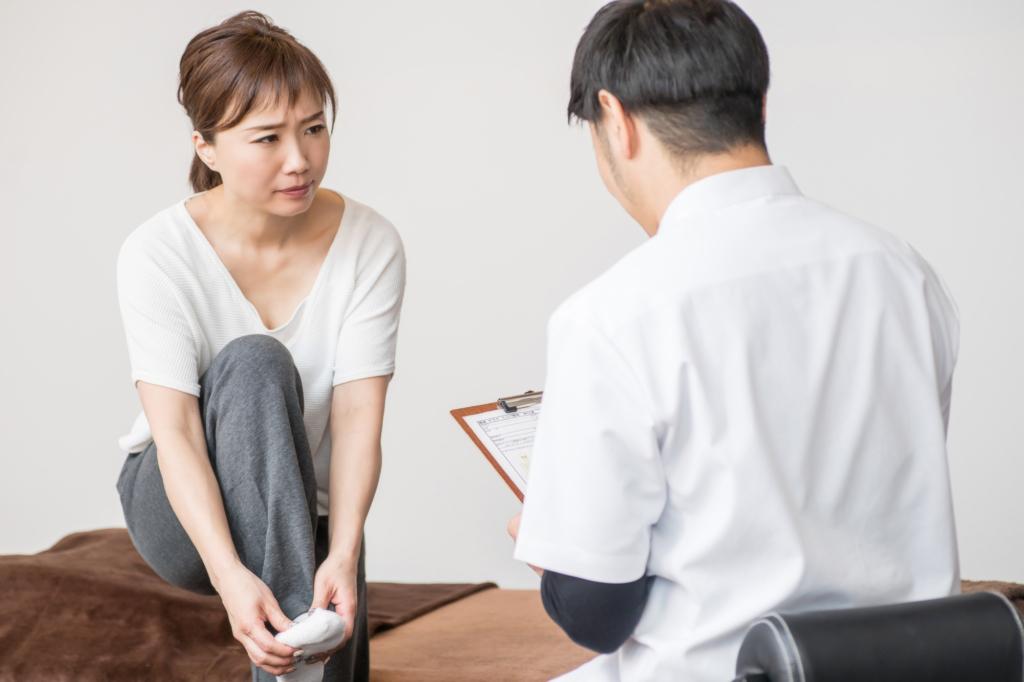 足のしびれ、病院は何科?片足だけ、腰痛/冷え/ふくらはぎの痛みを伴うケースも