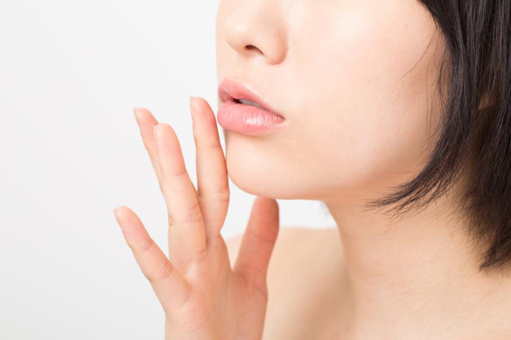 唇のぶつぶつやざらざら【主な3つの原因】白い・痛みの有無など症状別に解説