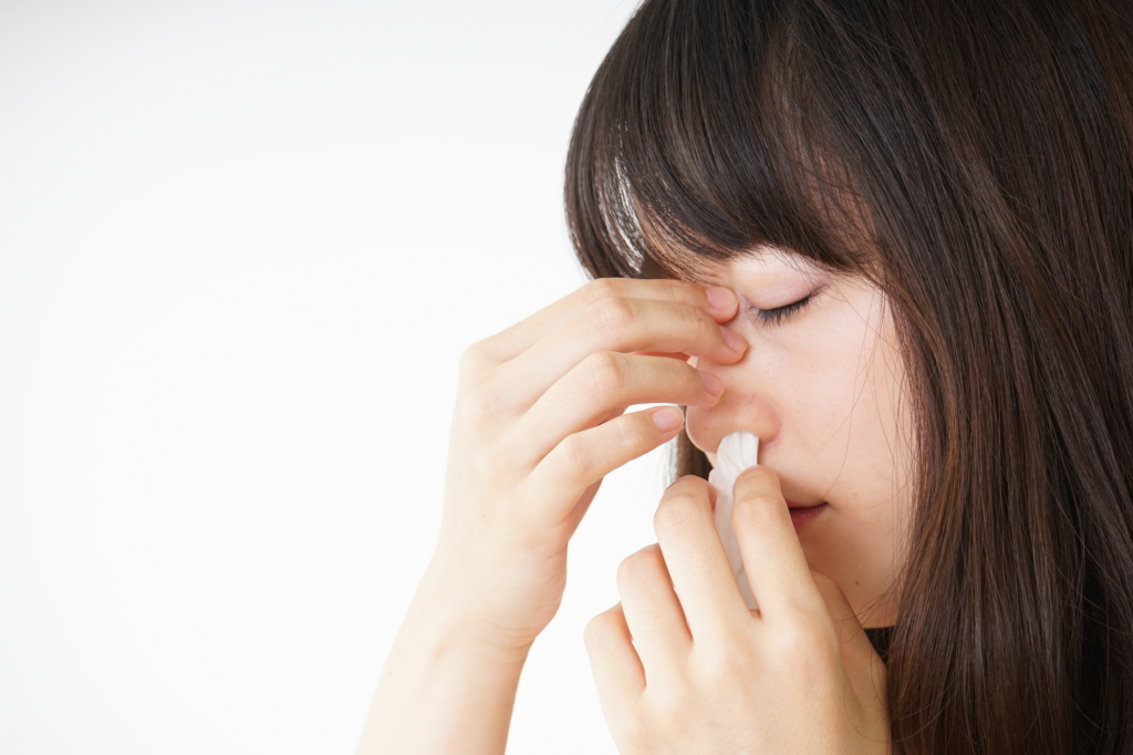 鼻血が止まらない9つの原因【正しい止め方も】大量に出るのは病気? | Medicalook(メディカルック)